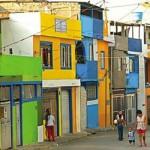A fachada colorida também aparece na periferia.  (Foto:Divulgação)