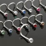 Piercings em aço escovado, com pedras em diferentes cores (Foto: Divulgação)
