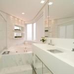 Banheiro claro, espaçoso e com banheira. (Foto:Divulgação)