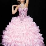 Os babados podem estar presentes nos vestidos para debutantes. (Foto: divulgação)