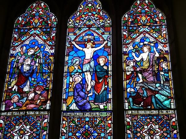 É comum igrejas retratarem a crucificação de Cristo em vitrais nas janelas (Foto Divulgação: Pixabay)