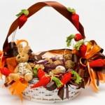 Uma linda cesta de páscoa com pelúcia e bombons. (Foto: Divulgação)