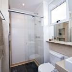 Escolha elementos que deixem o seu banheiro com espaço (Foto: Divulgação)