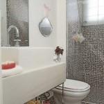 Banheiros brancos também são elegantes (Foto: Divulgação)
