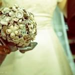 A tendência para a moda noiva 2013 são os buquês de broches. (Foto: divulgação)