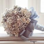 O buquê de broches pode ser usado para resgatar uma velha tradição. (Foto: divulgação)