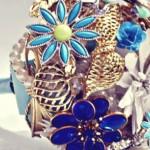 Os broches de flores conferem um toque muito especial. (Foto: divulgação)