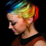 As luzes ou mechas podem ser de qualquer cor, até mesmo bem colorida. (Foto: Divulgação)