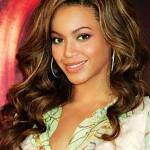 Beyoncé com luzes bem discretas e douradas, super indicadas para morenas. (Foto: Divulgação)