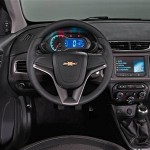 Já na versão mais básica, o novo Prisma traz sensor de estacionamento, airbag frontal, direção hidráulica e sistema ABS/EBD. (Foto: Divulgação).