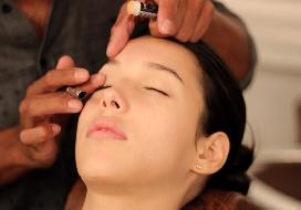 Combinar maquiagem e vestido para formatura