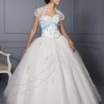 De encontro ao noiva, o vestido branco para debutantes estão em alta (Foto Divulgação)