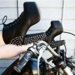 Bota de salto grosso com cadarço e spikes no calcanhar. Versão em preto. (Foto: Divulgação)
