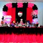As cores fortes desta mesa pink com tule e dos balões coloridos são capazes de animar a festa (Foto: Divulgação)