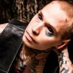 A Eyeball tattoo usa uma agulha de seringa para aplicar a tinta. (Foto:Divulgação)