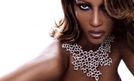 Algumas cores e efeitos valorizam ainda mais a beleza da mulher negra. (Foto: Divulgação)