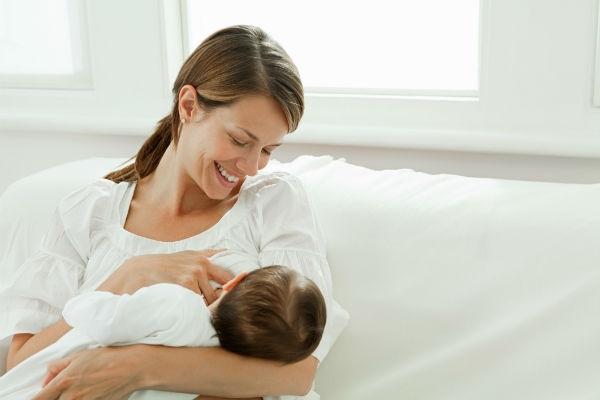 A massagem no seio ajuda a tratar o leite empedrado. (Foto: divulgação)
