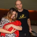 Casal deixando a maternidade com a nova herdeira. (Foto:Divulgação)