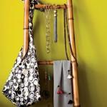 Escada de bambu para organizar bolsas e acessórios. (Foto:Divulgação)