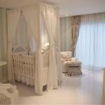Cortina estampada em quarto branco (Foto: divulgação)