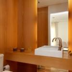 A iluminação fornece um aspecto requintado ao seu lavabo (Foto: Divulgação)