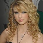 Os cabelos cacheados podem ser usados soltos. (Foto: divulgação)