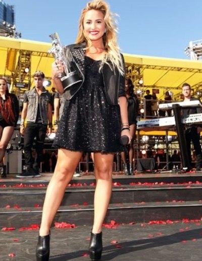 Demi Lovato, usando ankle boots. Uma cor mais clara para o calçado talvez ficasse melhor, com suas pernas (Foto: Divulgação)