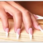 Lixe as laterais das unhas para formar um triângulo (Foto: Divulgação)