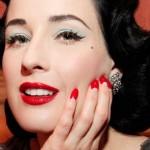 Dita Von Teese optou por unhas stiletto com a técnica da francesinha invertida (Foto: Divulgação)