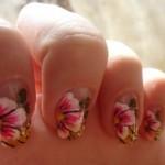 Flores com detalhes em rosa decoram as unhas. (Foto:Divulgação)