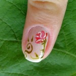 A mulher discreta pode decorar uma das unhas com flor. (Foto:Divulgação)
