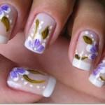 Flores ilustram as unhas com bom-gosto. (Foto:Divulgação)
