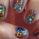 Unhas decoradas com flores coloridas e chamativas. (Foto:Divulgação)