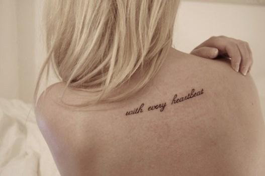 O traço da tatuagem escrita deve ser bem fino. (Foto: Divulgação)