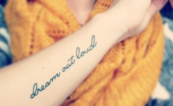 Tatuar uma frase em inglês é uma possibilidade. (Foto: Divulgação)