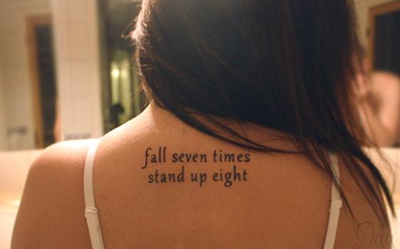 Existem muitas frases bonitas que podem ser tatuadas no corpo. (Foto: Divulgação)