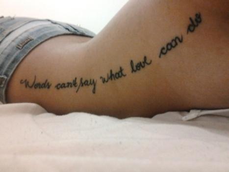 Frase tatuada na costela. (Foto: Divulgação)
