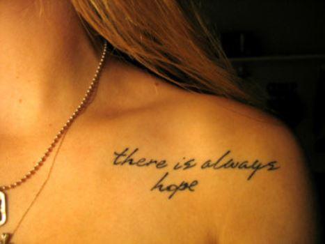 A frase também pode ser tatuada na região do ombro. (Foto: Divulgação)