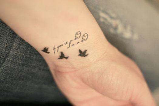 Uma pequena frase tatuada no pulso. (Foto: Divulgação)