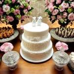 Mesa principal decorada com bolo e flores. (Foto:Divulgação)