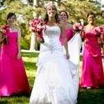Damas de honra usando vestidos cor de rosa. (Foto:Divulgação)