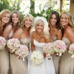 Noiva rodeada por suas damas de honra vestidas de bege.  (Foto:Divulgação)