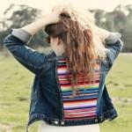 Tecido colorido na jaqueta jeans (Foto: Divulgação)