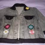 Customização de jaqueta jeans com crochê (Foto: Divulgação)
