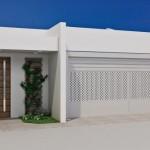 Combinando tijolinhos, grade, muro e madeira (Foto: Divulgação)