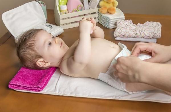 A troca de fralda dos bebes maiores é menor (Foto Divulgação: MdeMulher)
