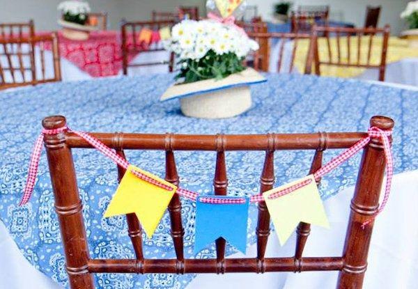 Flores nas mesas e bandeirinhas nas cadeiras (Foto: Divulgação)