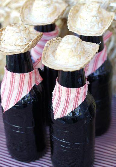 Garrafas de cerveja decoradas para por nas mesas (Foto: Divulgação)