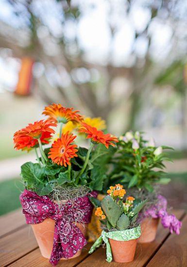 Decore as mesas com flores e latas  (Foto: Divulgação)