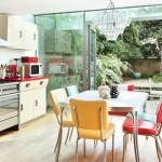 Uma cozinha clara e com móveis antigos.  (Foto:Divulgação)